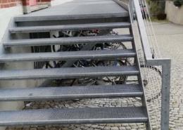 Lichtgitter-Laufsteg-mit-Pressrosten-und-Stufen-2