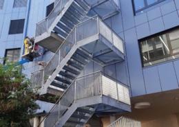 Lichtgitter-Treppenturm-mit-Pressrosten-und-Stufen-2